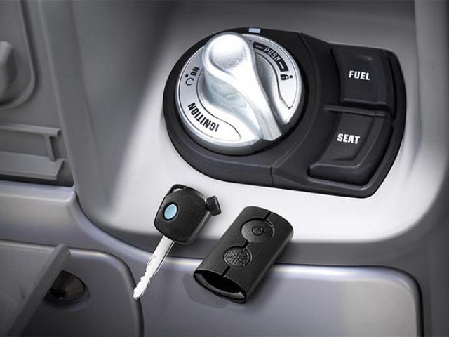 SMART KEY SYSTEM สตาร์ทหรือดับเครื่องยนต์ ปลดล็อคแฮนด์รถ ปลดล็อคเบาะ ปลดล็อคหรือล็อคฝาถังน้ำมัน *เฉพาะใน QBIX ABS เท่านั้น