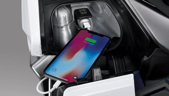 Honda Forza 300 2019 ช่องเก็บของและที่ชาร์จไฟหน้า