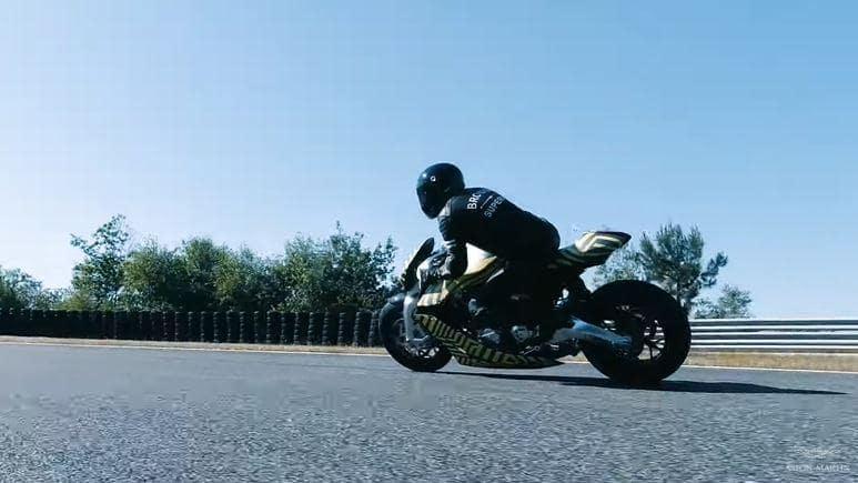 จักรยานยนต์ เอเอ็มบี 001 ที่ทดสอบบนสนามแข่ง