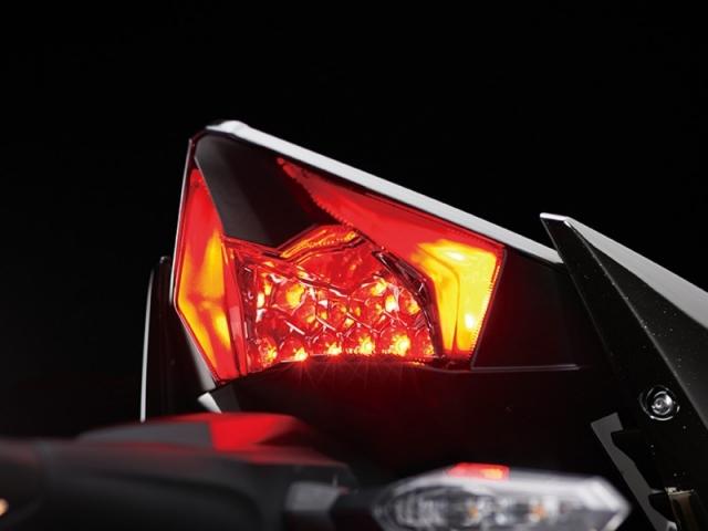 ไฟท้ายเป็นแบบ LED ส่องสว่างชัดเจน รูปทรงโดดเด่นเป็นเอกลักษณ์เฉพาะตัว