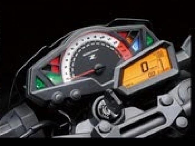 หน้าปัดเรือนไมล์เป็นแบบ อนาล็อกผสมผสานกับหน้าจอแสดงผลแบบ LCD มัลติฟังก์ชั่น ให้ความสว่างชัดเจน รอบเครื่องยนต์เป็นแบบเข็ม