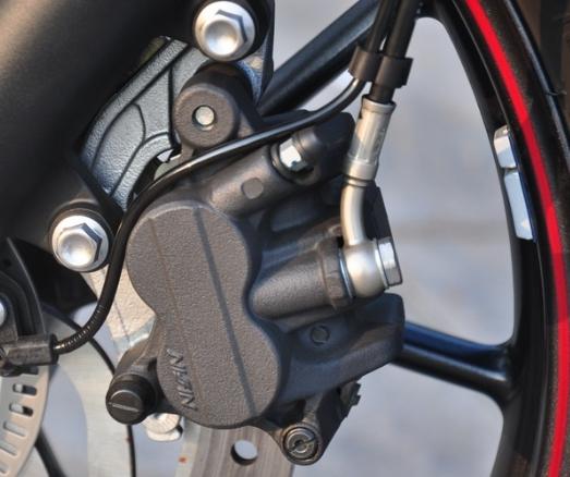 ล้อหน้า Cast aluminium alloy multi-spoke 18 x 2.75in ขนาดยางหน้า 100/90-18 ล้อหลัง Cast aluminium alloy multi-spoke 17 x 4.25in ขนาดยางหลัง 150/70 R17