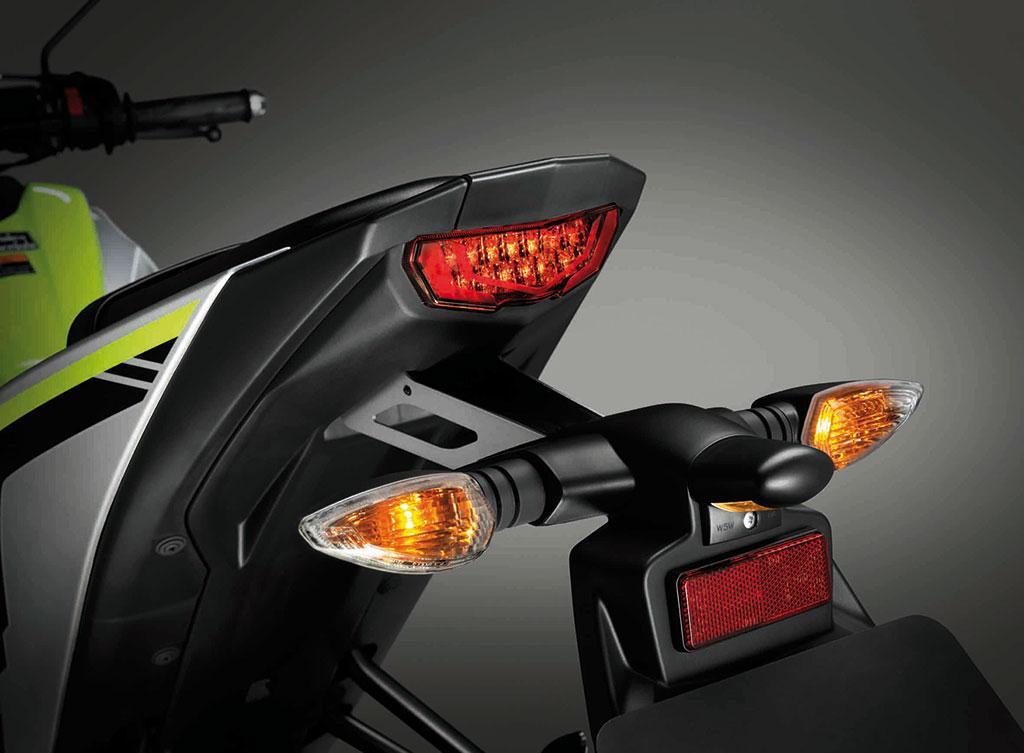 ไฟท้ายแบบ FULL LED ออกแบบให้ดูแนวสปอร์ตมากขึ้น ไฟเลี้ยวอยู่ด้านล่างแยกส่วนชัดเจน