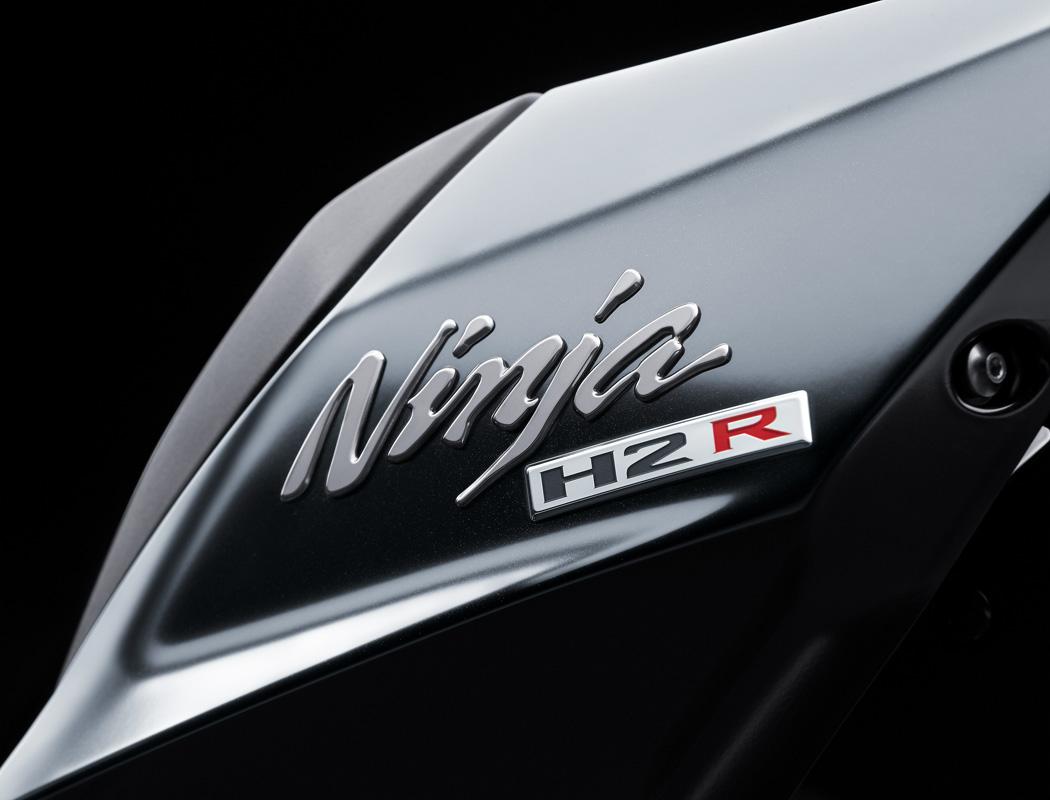 Logo Ninja H2R โดดเด่น ชัดเจน บ่งบอกถึงตัวตนที่เหนือกว่า แรงกว่า ท้าชนกับทุกรุ่น