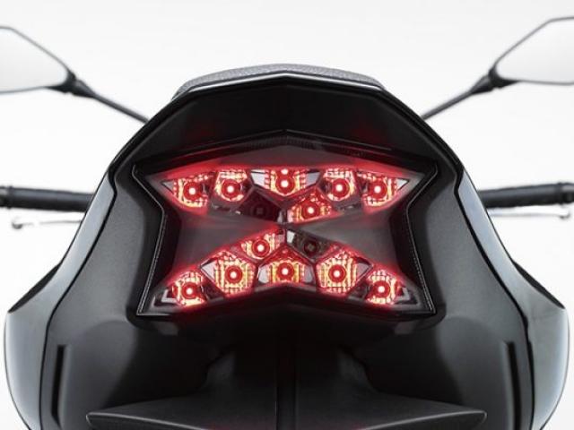 """ไฟท้ายที่เป็นแบบ LED ส่องสว่างชัดเจนเห็นมาแต่ไกล ดีไซน์ล้ำสมัยกับรูปตัว """"Z"""""""