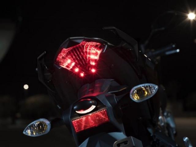 ไฟท้าย LED สไตล์สปอร์ตของตระกูล MT โดดเด่นเป็นอย่างยิ่ง ไฟเลี้ยวเป็นแบบแยกส่วน ระบบกันสะเทือนหลังเป็นแบบ สวิงอาร์ม