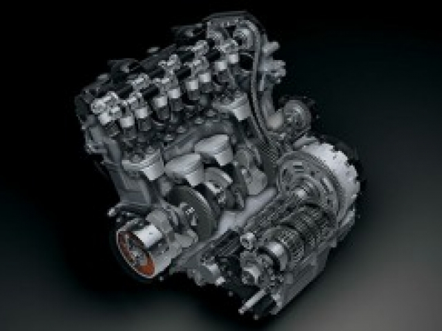 เครื่องยนต์ 4 สูบ 4 จังหวะ DOHC 16 วาล์ว มีระบบระบายความร้อนด้วยน้ำ ขนาดเครื่องยนต์ 1,340 ซีซี