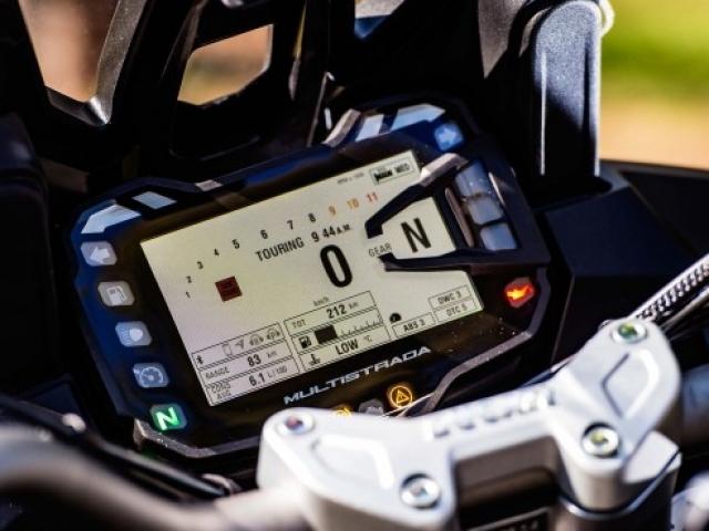 หน้าจอสี LCD ขนาด 5 นิ้ว สามารปรับเซ็ทได้ 4 รูปแบบ CORE, FULL, TRACK, OFF ROAD