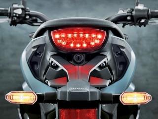 ไฟท้ายและไฟเลี้ยวเป็นแบบ LED