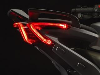 ไฟท้ายออกแบบใหม่ ให้มีความแตกต่างจากรุ่นอื่นๆ ไฟใช้เป็นแบบ LED