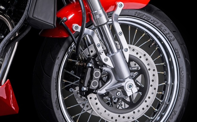 ระบบเบรกหน้าเป็นแบบ ดิสก์เบรกคู่ (Twin Disc Brake) เป็นเบรกที่มีสมรรถนะสูง