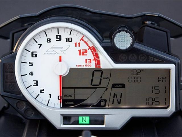หน้าปัดเรือนไมล์เป็นแบบผสมผสานอนาล็อกและจอแสดงผลแบบ LCD