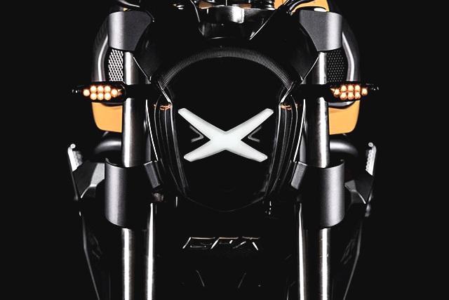 ไฟหน้าที่โดดเด่นเป็นเอกลักษณ์อย่างมาก มีไฟหน้ารูปตัว X เป็นไฟแบบ LED