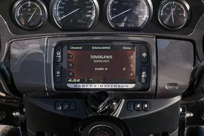 หน้าจอสีสัมผัสขนาด 165 มม. พร้อมระบบสั่งการด้วยเสียงแบบแฮนด์ฟรี มีเดีย และยังมีระบบนำทาง GPS