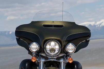 ด้านหน้าของรถยังมีแฟริ่ง BATWING รูปทรงโค้งมีมิติแถมยังลดแรงปะทะของลมได้อีกด้วย