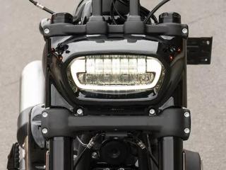 ไฟหน้า LED ที่ออกแบบใหม่ให้ดูดุดันมากยิ่งขึ่น มีแฮนด์แบบตรงทำให้ท่านั่งนั่งหลังตรงไม่กล้มมาก