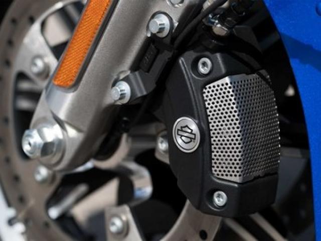 ระบบเบรก ABS ทั้งด้านหน้าแล้วด้านหลัง ด้านหน้าให้ดิสก์เบรกคู่ขนาด 300 มม. X 5 มม. เบรกหลังให้ดิสก์เบรกเดี่ยวขนาด 300 มม. X 7 มม.