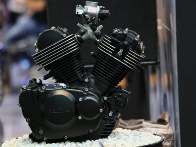 เครื่องยนต์ 2 สูบ 4 จังหวะ ระบายความร้อนด้วยอากาศ ขนาดเครื่องยนต์ที่ให้มาขนาด 248.9 ซีซี
