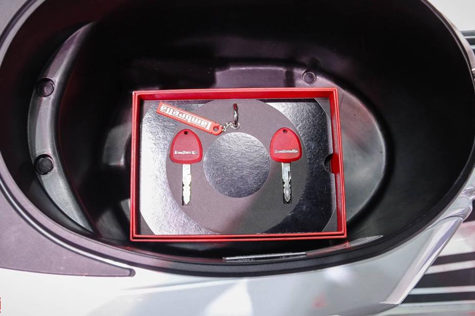 กุญแจ Lambretta V200 สีขาว
