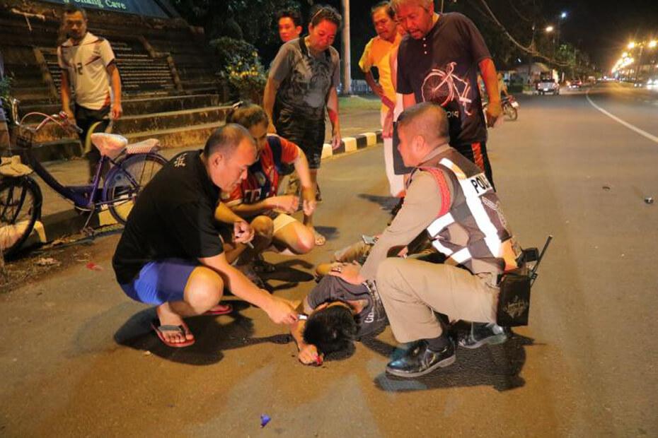 บิ๊กไบค์ชนกระบะ ตำรวจพบยาบ้าตกอยู่บนพื้น หน้าประตูวัดประพาสประจิมเขต