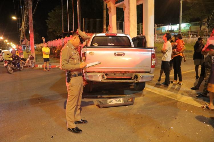 ตำรวจตรวจสอบที่เกิดเหตุ รถจักรยานยนต์ชนกระบะ
