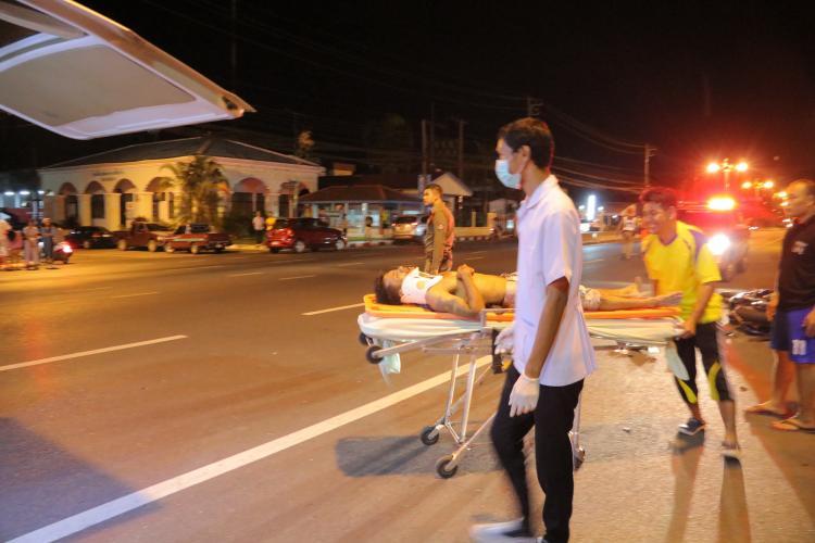 เจ้าหน้าที่โรงพยาบาลกำลังทำการช่วยเหลือผู้บาดเจ็บ