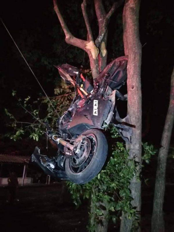BMW S1000RR สีดำ ติดอยู่บนต้นไม้สูงประมาณ 2 เมตร ห่างจากผู้บาดเจ็บประมาณ 20 เมตร